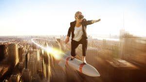 Frau auf Rakete in Startposition symbolisch für erfolgreichen Berufseinstieg
