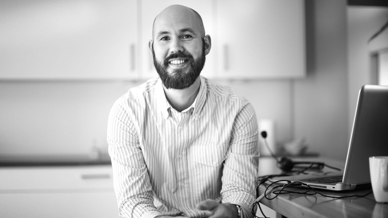 INQUA Coach Johannes Junker am Laptop im digitalen Coaching für Akademiker*innen, Fach- & Führungskräfte