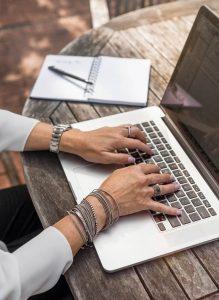 Hände einer Frau um die 50 am Laptop symbolisieren berufliche Neuorientierung mit 40+