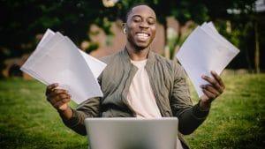 Mann am Laptop freut sich über erfolgreiche Bewerbung dank INQUA Tipps