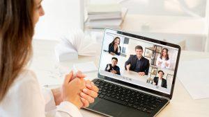 Frau in Online-Meeting beim Netzwerken