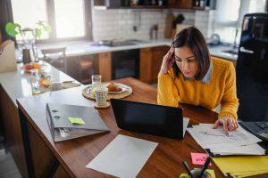 Frau im Homeoffice betreibt Selbstmanagement