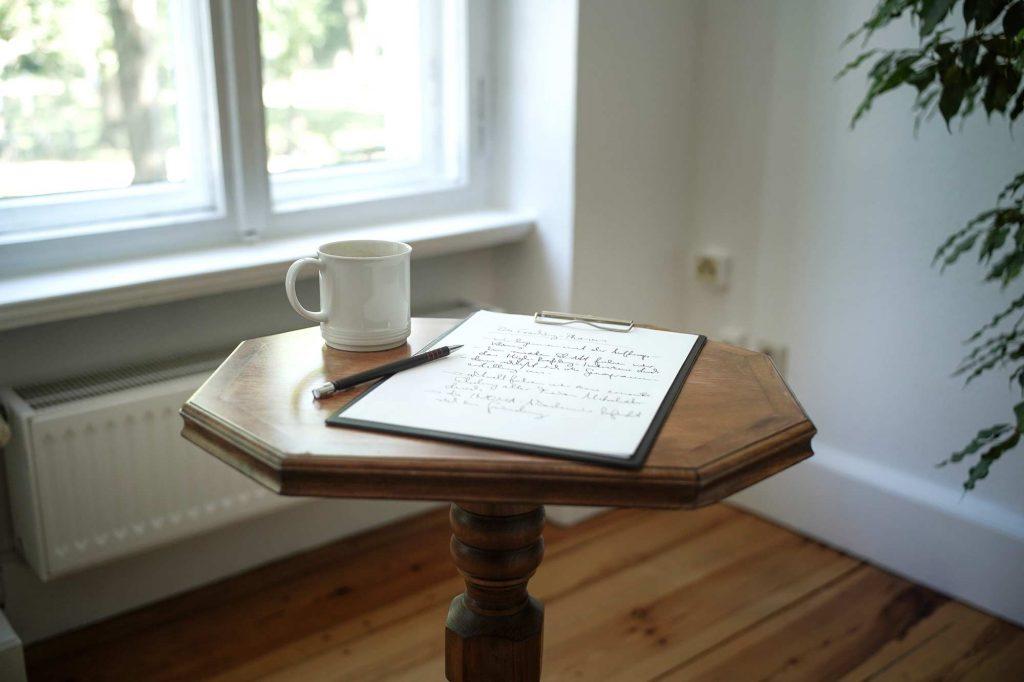 Tasse und Notizen auf einem Holztisch
